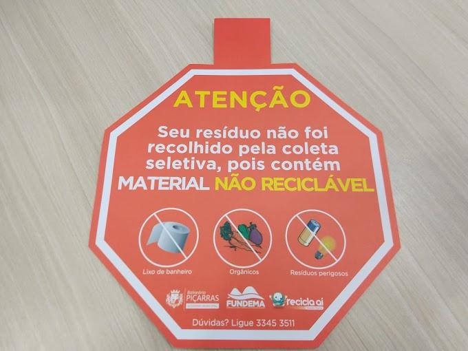 Coleta Seletiva cola placas educativas em sacolas com separação inadequada