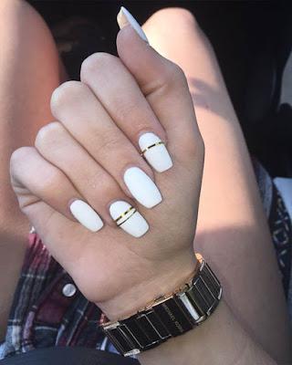 Uñas gelish blancas minimalistas