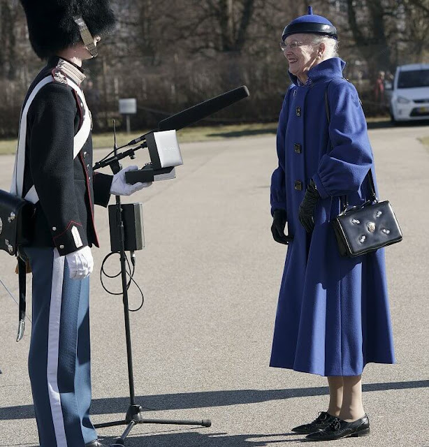 Jeppe Nørhave Illum. Queen Margrethe wore a blue coat and black shoes