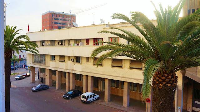 Изображение вида из окна отеля на улицу в Касабланке, Марокко