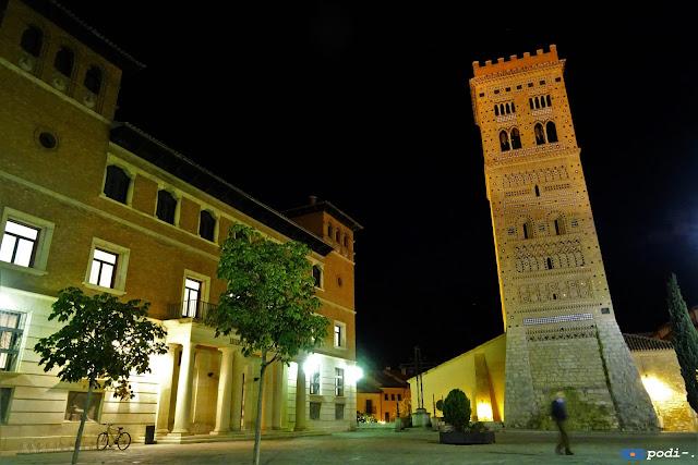 Plaza de Pérez Prado, Teruel. Torre de San Martín y Biblioteca Municipal