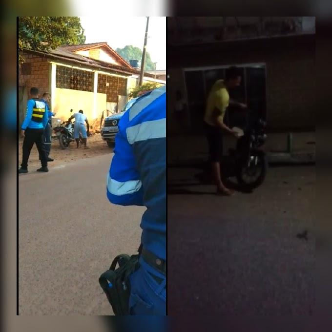 Condutores se revoltam e quebram suas próprias motos com uma pedra após terem sido abordados e multados em fiscalização de trânsito em Itaituba; Veja os vídeos