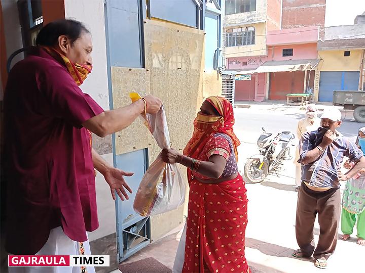 jindal-doctor-serving-helpless-dhanaura