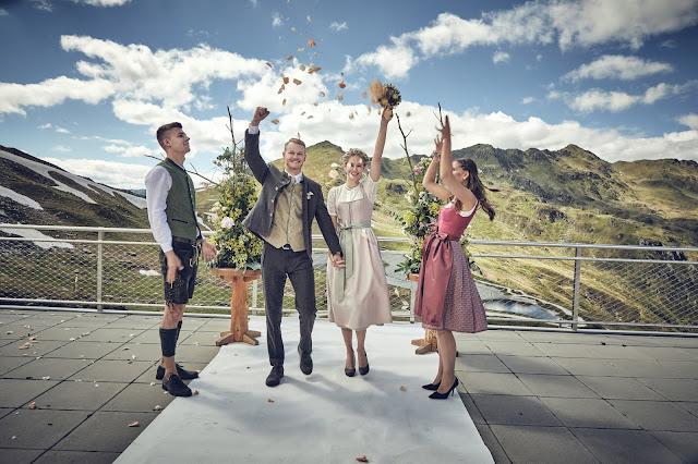 Traurednerin, freie Trauung, Gipfelglück, Trachtenhochzeit im Zillertal, heiraten in den Bergen Tirol, Alpenweltresort Königsleiten, Dirndlbraut, Hochzeitsplaner Uschi Glas, 4 weddings & events, Hochzeitsfotografie Marc Gilsdorf, weddingstyled.com