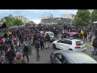 Menschenmengen trotz Abstandspflicht am 01. Mai 2020 in Berlin