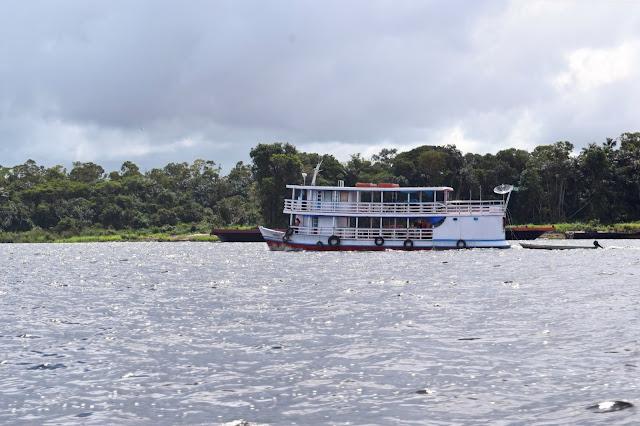 barco no meio do rio