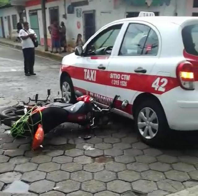 Motociclista choca contra taxi