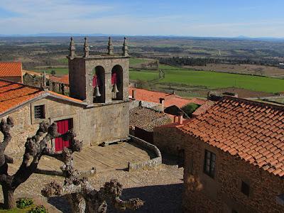 igreja medieval e vista de uma vasta região