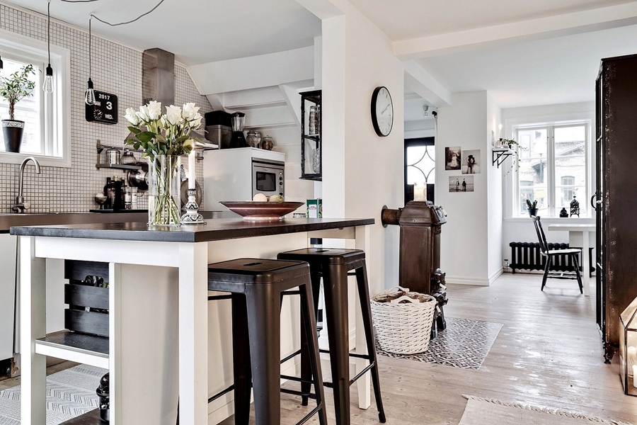 Skandynawski, biały domek z rustykalnymi elementami, wystrój wnętrz, wnętrza, urządzanie mieszkania, dom, home decor, dekoracje, aranżacje, styl skandynawski, scandinavian style, styl rustykalny, rustic, cegła, drewno, biel, white, kuchnia, kitchen