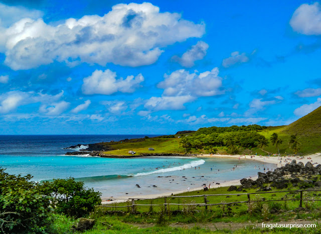 O azul cristalino da Praia de Anakena, na Ilha de Páscoa
