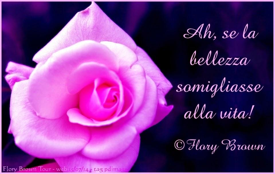 Una rosa tea su sfondo scuro e violaceo con la frase