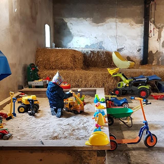 Vom Glück dieser Erde: Urlaub auf dem Küselhof und Reiterhof Witt auf Fehmarn. In der Spielscheune können kinder wunderbar drinnen spielen.