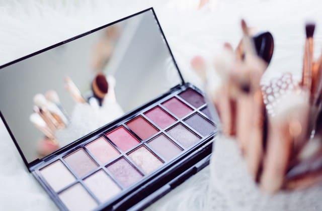 Selain fashion item, make-up dengan warna lembut akan semakin membuatmu telihat imut dan menggemaskan