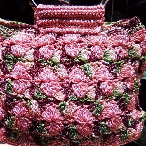 Tas Rajut Motif Bunga Pink Dengan Handle Logam