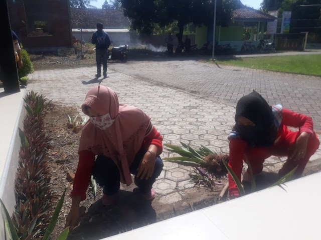 Peduli Lingkungan Sehat, Pemdes  Kapongan Bersama Warga Laksanakan Kerja Bakti Jumat Bersih