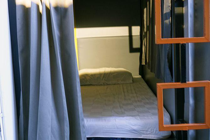 Kasur di dalam kamar Sleep and Sleep Capsule Semarang