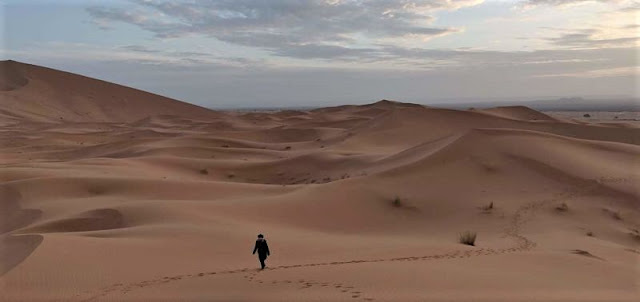 salita sulle dune all'alba