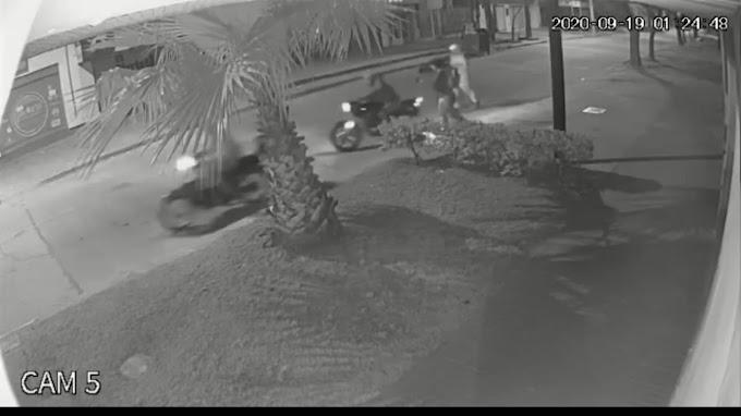 Video: Robaron una moto a una pareja y quedó filmado, en Eva Peron y San Martin