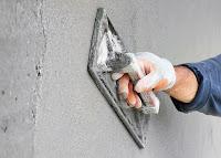 Duvardaki sıvanın bir tirfil malası ile yüzeyinin düzeltilmesi veya perdahlanması
