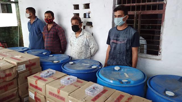 कानपुर नगर थाना नौबस्ता पुलिस टीम द्वारा अवैध शराब फैक्ट्री का भंडाफोड़ कर 4 अभियुक्तों को गिरफ्तार किया