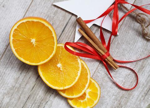 Ozdoby choinkowe ręcznie robione. Ozdoby na choinę z pomarańczy i cytrusów. Jak zrobić pomarańcze na choinkę? DIY