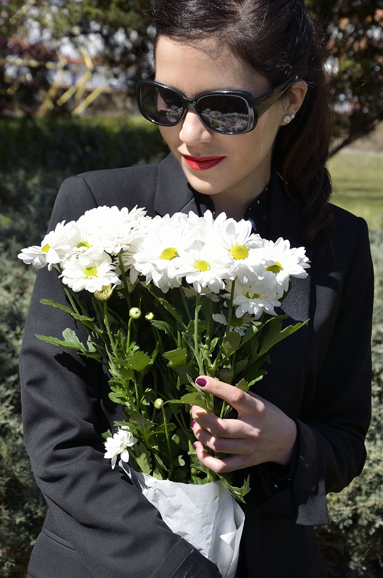 look-blogger-black-white-red-flowers-outfit-trends-gallery