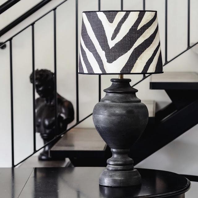Lampfot i svart trä med zebramönstrad lampskärm i tyg från Ralph Lauren.