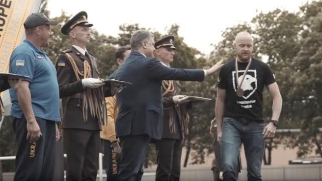 В Украине бурно обсуждают отказ «азовца» пожать руку Порошенко