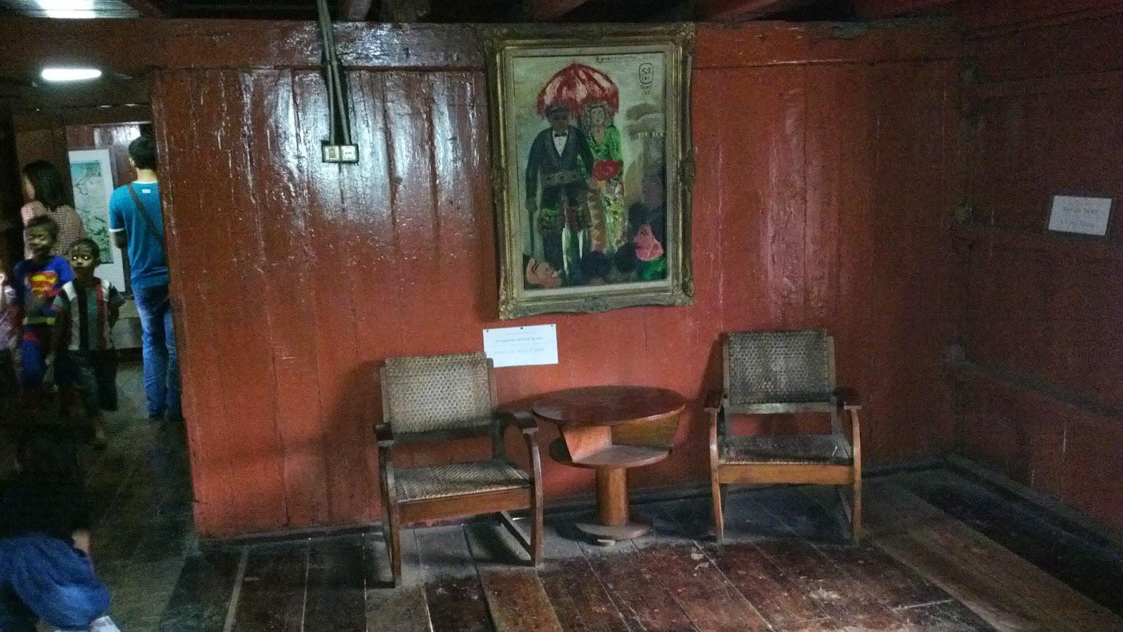 Ruang Kedua Adalah Tamu Layaknya Sebuah Dalam Rumah Dilengkapi Dengan Kursi Tua 2 Buah Lubang Udara Di Sisi Kanan Dan Kiri