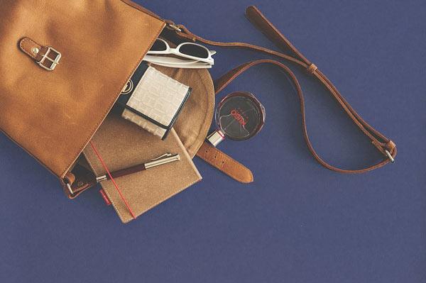 bawaan wajib dalam tas wanita