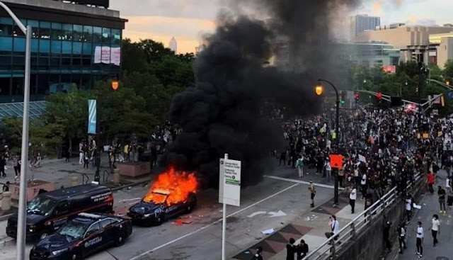 وفيات وإعتقالات وأعمال شغب وتكسير ونهب وحرائق في العديد من المدن الأمريكية بسبب مقتل مواطن أمريكي على يد شرطي أمريكي