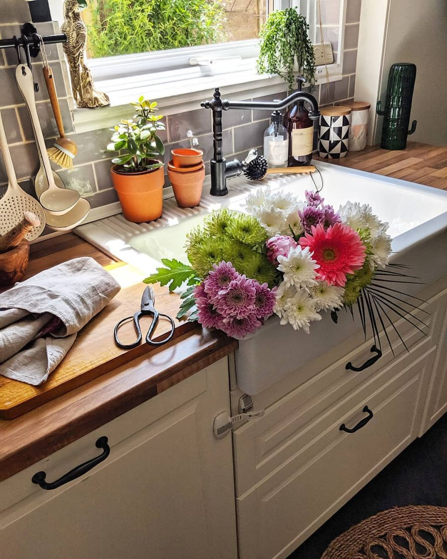 Przytulne wnętrze z intensywnymi akcentami, wystrój wnętrz, wnętrza, urządzanie domu, dekoracje wnętrz, aranżacja wnętrz, inspiracje wnętrz,interior design , dom i wnętrze, aranżacja mieszkania, modne wnętrza, kuchnia, mała kuchnia, kitchen, small kitchen, ciemna ściana, meble kuchenne, IKEA, białe szafki, drewniany blat, zlew IKEA