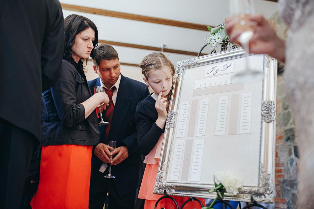 izvietojums pie galdiem kāzās