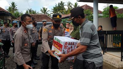 Jumat Berkah ; Kapolresta Banyuwangi dan PJU Bagkan Sembako dan Makanan Kepada Warga Terdampak Puting Beliung