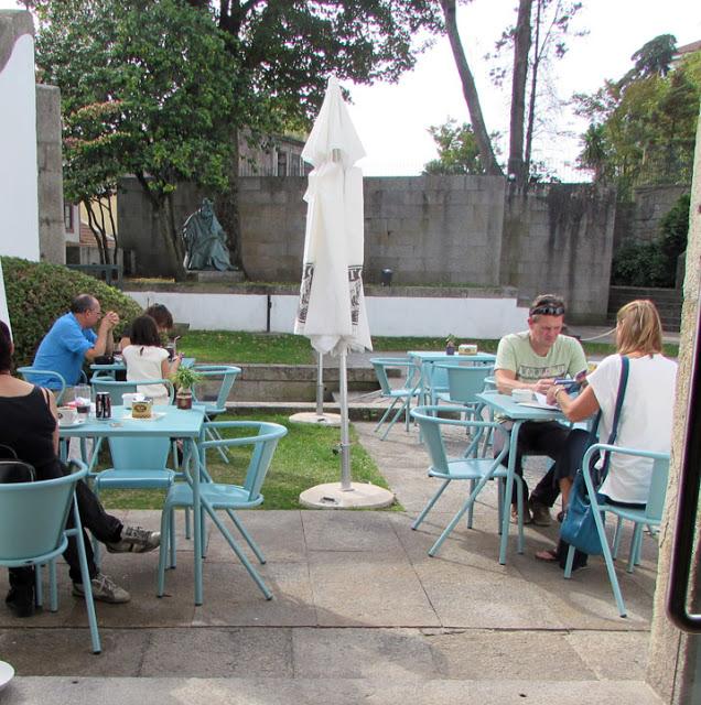 esplanada com pessoas sentadas na cadeira portuguesa Adico