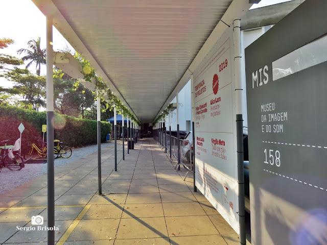 Vista da entrada coberta do Museu da Imagem e do Som (MIS-SP) - Jardim Europa - São Paulo