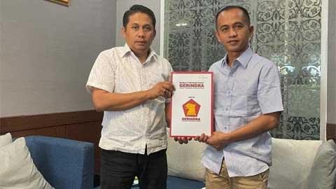 Rosandi Sanjaya Putra menerima SK dari Evi Yandri