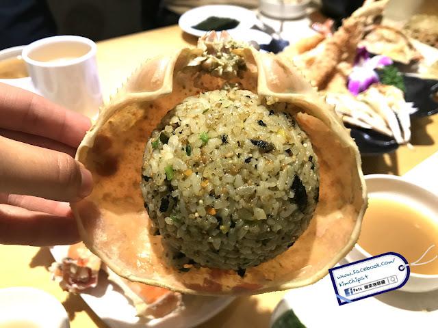 蟹膏紫菜炒飯放在蟹殼內,一看就知非常入味。