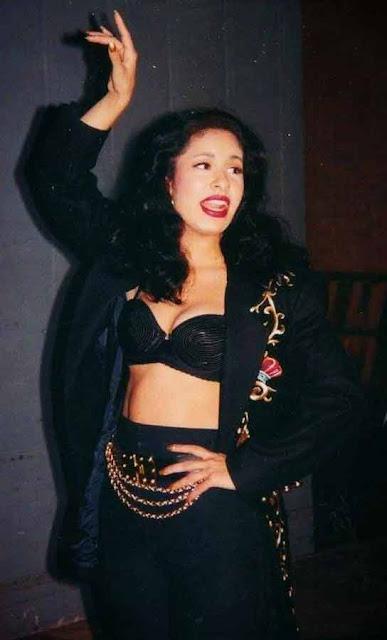 Selena Quintanilla look preto