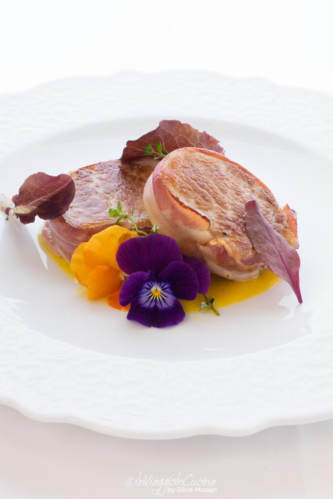 Filetto di maiale al bacon con salsa di nespole e zenzero
