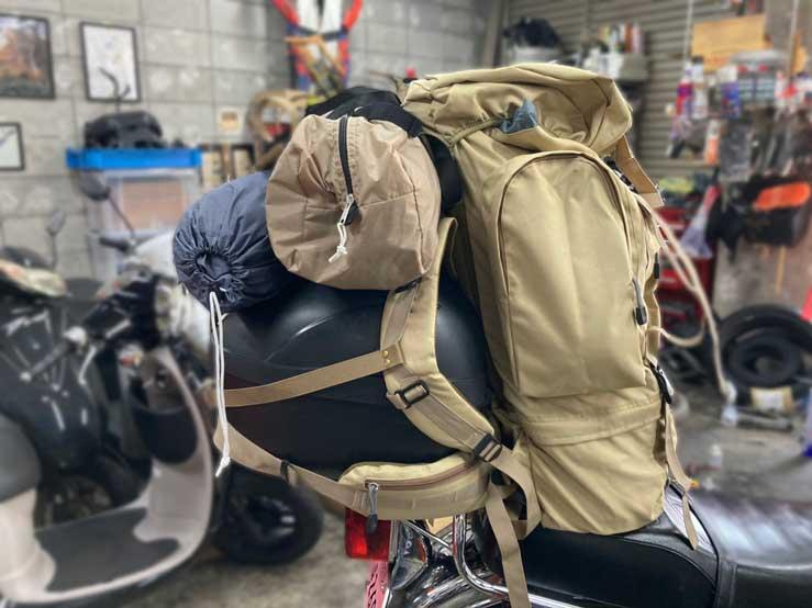 バイク荷台にキャンプ道具を積載