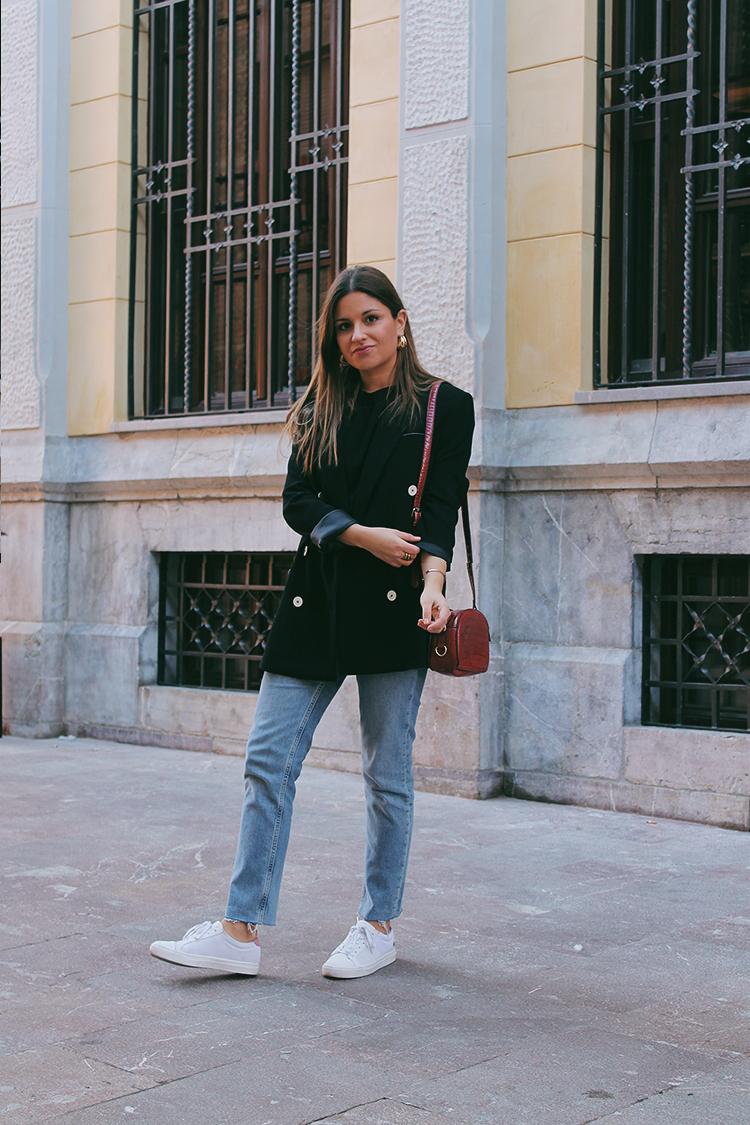 outfit blazer negro vaqueros moda