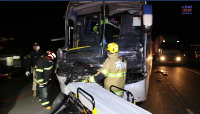 Ônibus bateu na traseira da carreta no KM-855, próximo a Pouso Alegre, na rodovia Fernão Dias - Foto: Alô Alô Cidade
