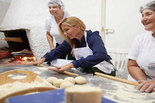 """Την Ποντιακή παραδοσιακή πίτα """"Περέκ"""" έφτιαξε η Μαρέβα Μητσοτάκη"""