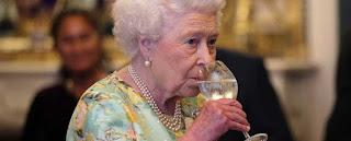 Regina inglese che beve vino