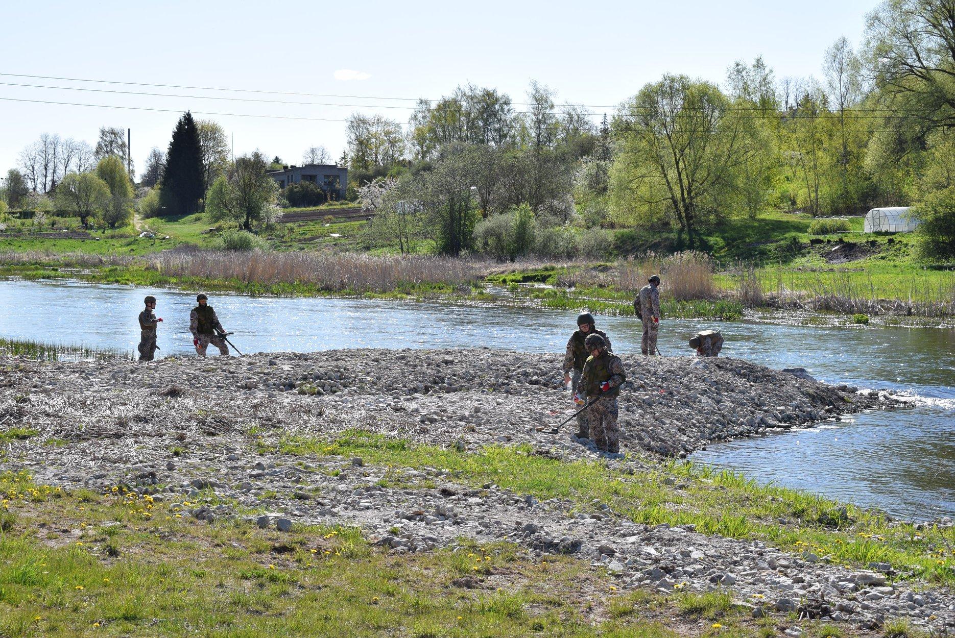 Karavīri meklē nesprāgušo munīciju upes krastā
