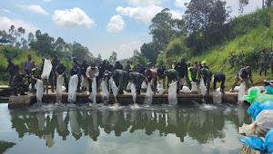 Danrem 062/Tarumanagara Wakili Pangdam III/Siliwangi Tebar Ikan Di Situ Cianjing