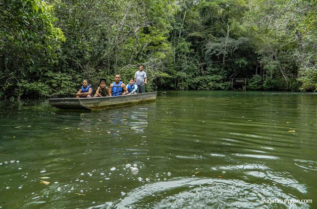 Férias de julho no Brasil: passeio de barco em Bonito, Mato Grosso do Sul