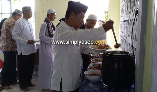 MAKAN BERSAMA  : Begitu acara Peringatan isra Miraj dan peletakan Batu pertama di Masjid Babussalam Duta Bandara (13/4) selesai dianjutkand negan ramah tamah dan makan bersama semua warga. Foto Asep Haryono