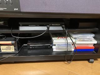 PS4をテレビ台に収めた状態